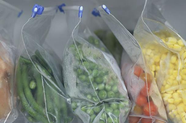 صورة حفظ الأطعمة فى الأكياس البلاستيك.. سُم قاتل