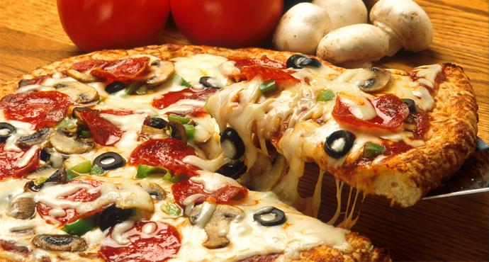 صورة حماية المستهلك يحيل أحد أكبر مطاعم البيتزا للنيابة