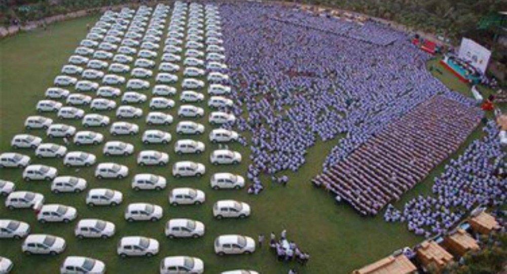 صورة رجل أعمال هندي يهدي موظفيه 1260 سيارة و 400 شقة
