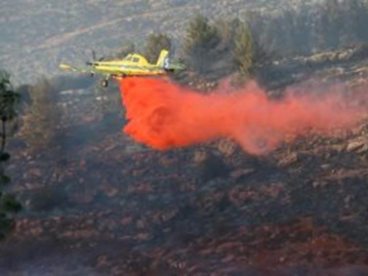 صورة فشل جهود الطائرات فى إخماد حرائق إسرائيل والنيران تصل مناطق فلسطينية