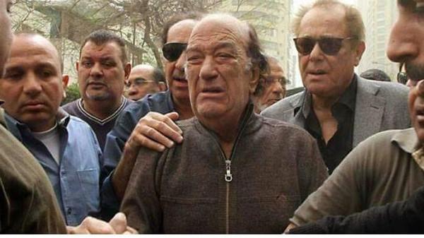 صورة ما قصة صورة بكاء حسن حسني وعلاقتها بمحمود عبد العزيز؟