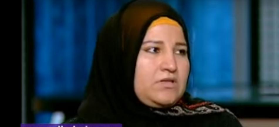صورة سيدة تبكي على الهواء: نفسي أعيش بكرامتي من غير ما أشحت