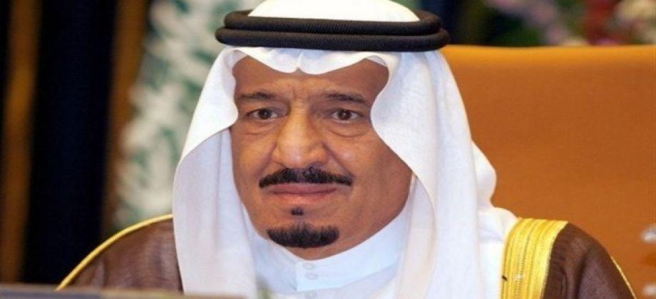 صورة ملك السعودية يعالج التوأم المصري