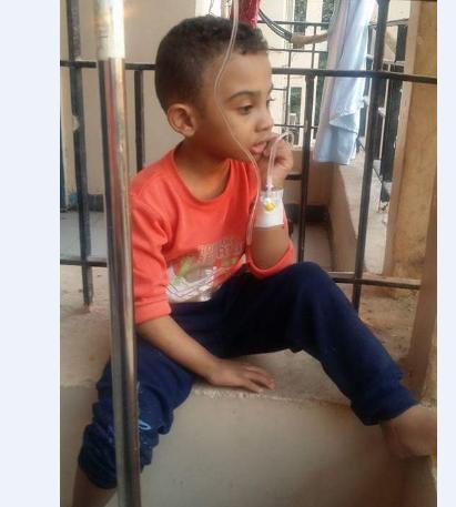 صورة وفاة الطفل سيف بسبب عدم مقدرة أهله على نفقات العلاج وتقصير المسؤولين بالزقازيق