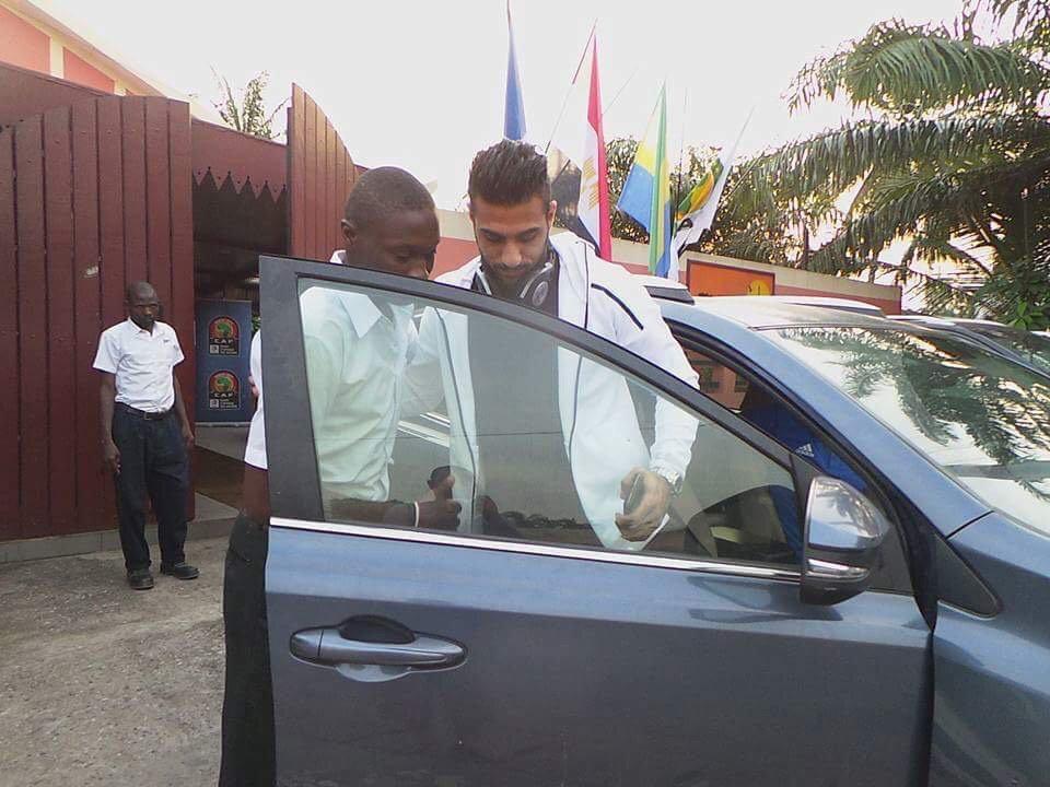 صورة أحمد الشناوى يغادر معسكر الفراعنة عائدا للقاهرة