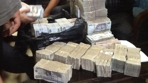 صورة ضبط موظف بجامعة الإسكندرية استولى على 1.6 مليون جنيه من الجامعة