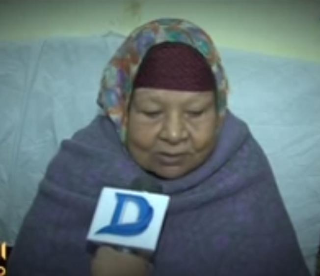 صورة من عقوق الأبناء..عجوز تركها أولادها على باب أحد المستشفيات