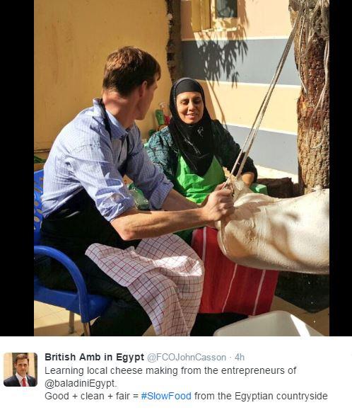 صورة السفير البريطانى يصنع الزبد البلدى مع فلاحة مصرية