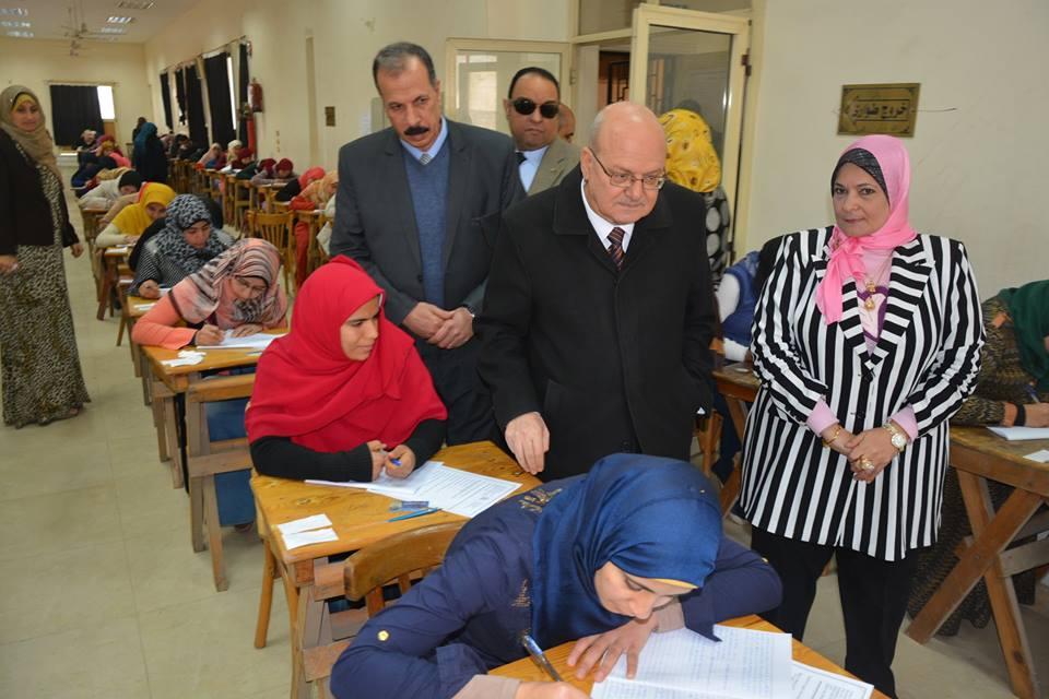 .. رئيس جامعة الزقازيق يتفقد لجان الإمتحانات ببعض الكليات