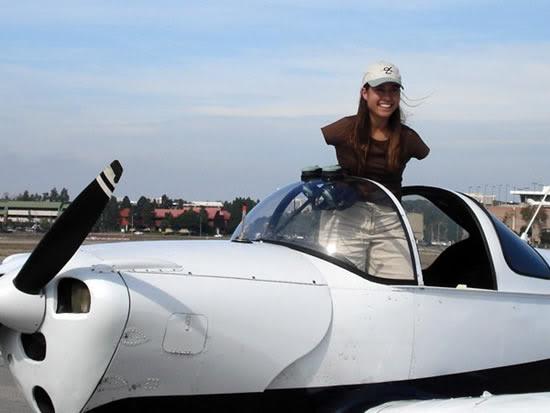 .. أول فتاة بلا أذرع تحصل على رخصة طيران