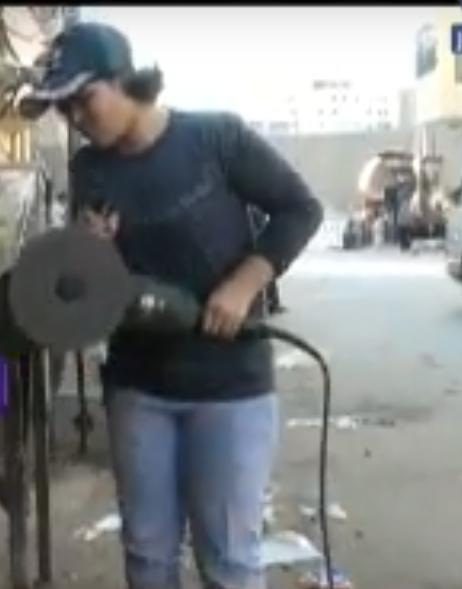 صورة بالفيديو.. تعرف على أول فتاة مصرية تحترف مهنة الحدادة