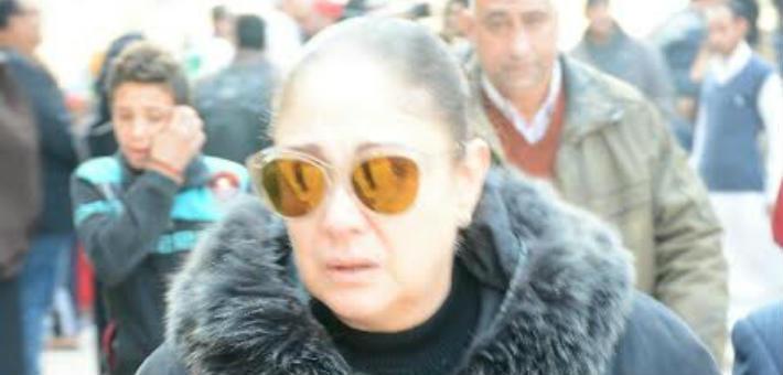 صورة شيرين تظهر بالعكاز في جنازة كريمة مختار