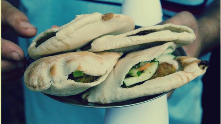 صورة مطعم مصري يقدم وجبات «مجانية» لمدة ساعة يوميًا : «علشان اللي مش قادر يشرفنا وياكل»