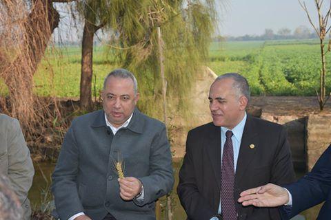 صورة وزير الرى من الزقازيق: تجربة زراعة القمح بالتبريد الأفضل