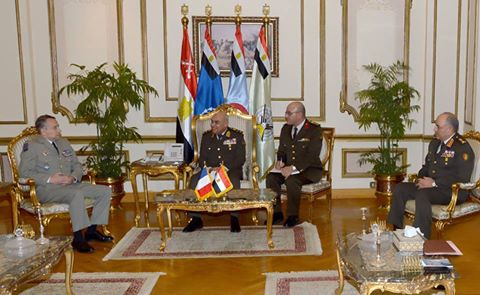 صورة وزير الدفاع والفريق محمود حجازى يلتقيان رئيس الأركان الفرنسي