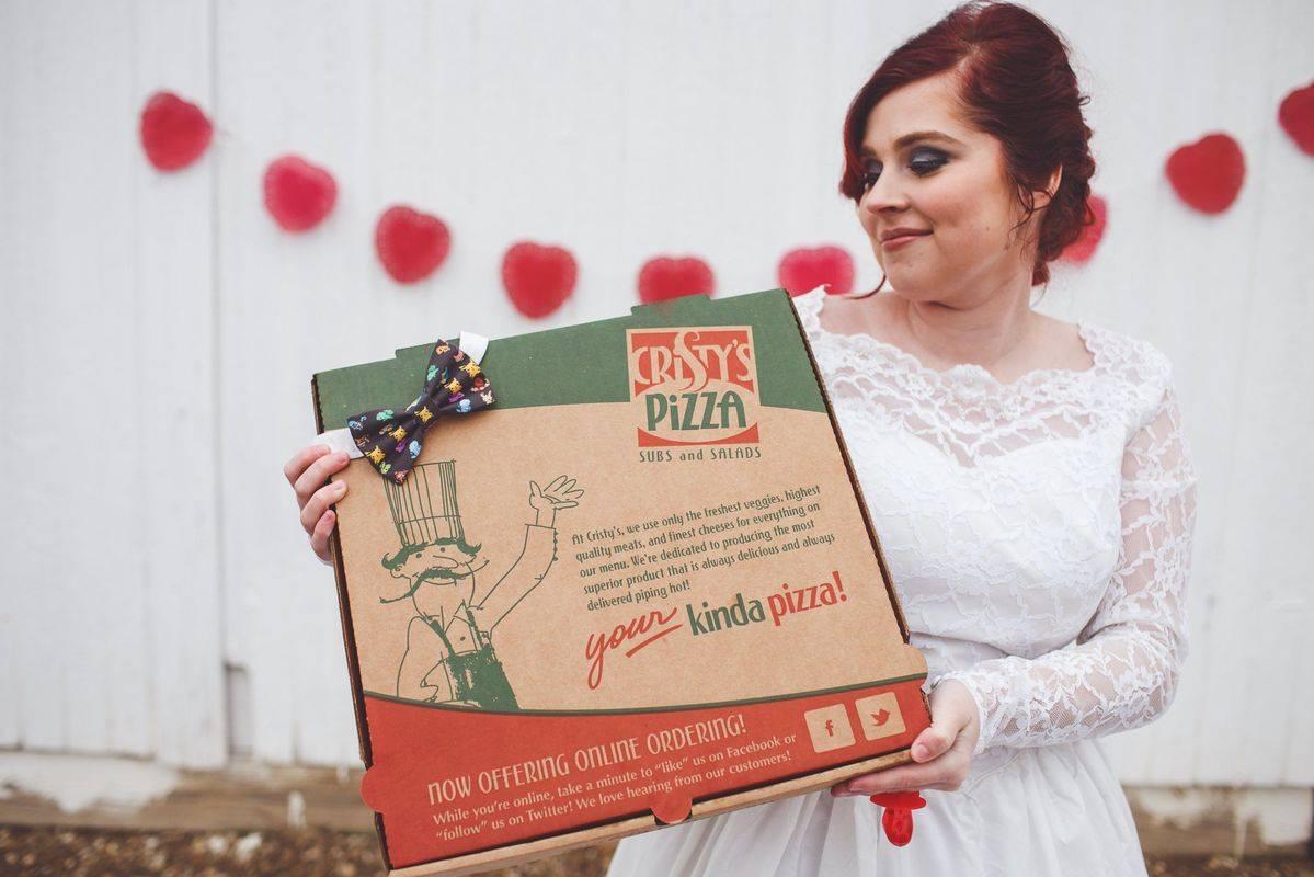 صورة بالصور .. حقيقة الفتاة التي تريد الزواج من قطعة «بيتزا»