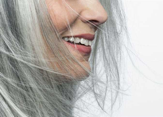 صورة السؤال الأكثر شيوعاً عن ظهور الشعر الأبيض.. إليك إجابته