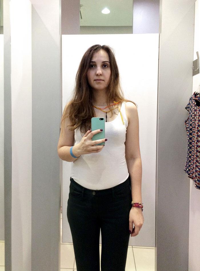 .. فتاة تحل لغز سر «مرآة» غرفة القياس في محلات الملابس 1