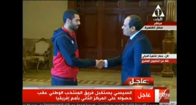 صورة بالفيديو.. حوار جانبي بين الرئيس السيسي وأحمد فتحي بمطار القاهرة