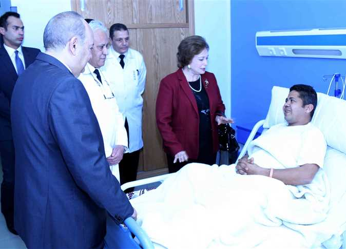 صورة جيهان السادات تزور مصابي الشرطة تلبية لدعوة السيسي