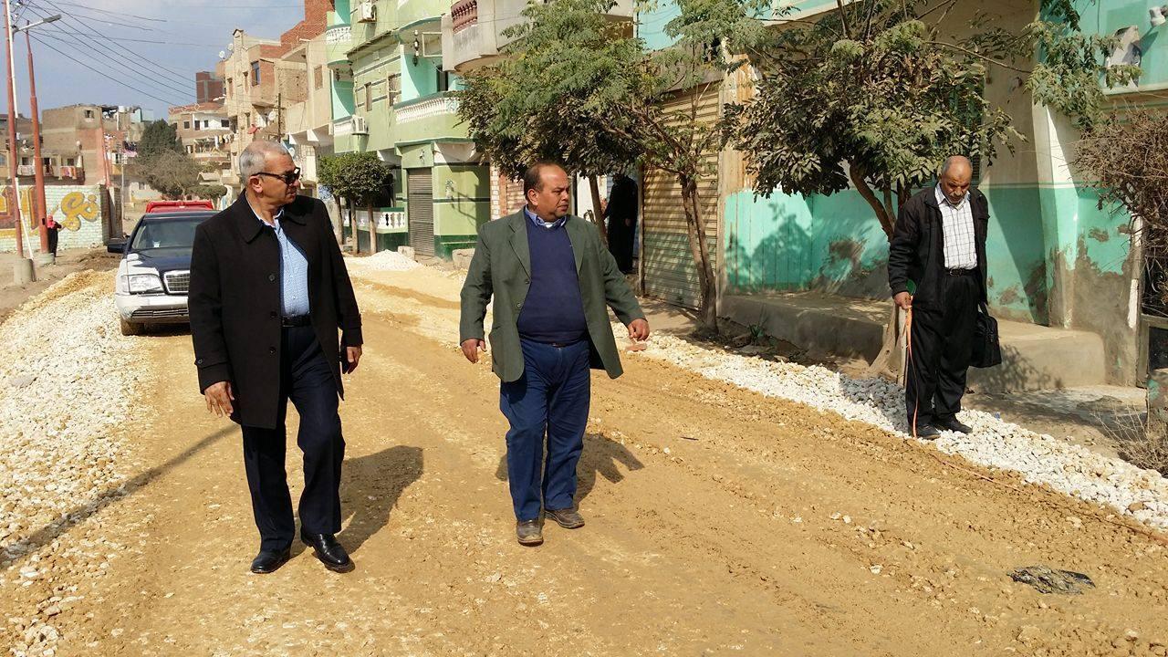 صورة رئيس مركز الحسينية يتفقد أعمال الرصف بشوارع المدينة