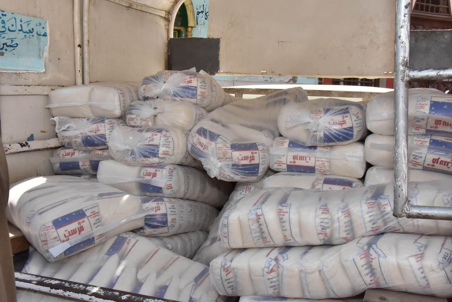 صورة ضبط 4400 كيلو سكر داخل مصنع بدون ترخيص بمركز فاقوس