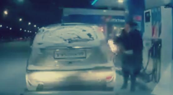 صورة بالفيديو.. سيدة ترتكب كارثة داخل محظة بنزين: «الهانم بتشوف التانك في الضلمة بالولاعة»