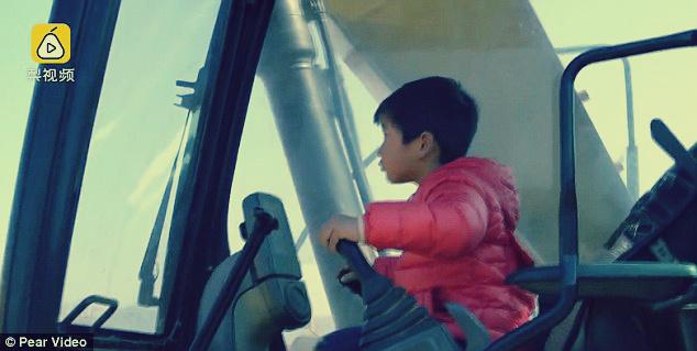 صورة طفل صيني عمره 4 سنوات يقود «ونش»