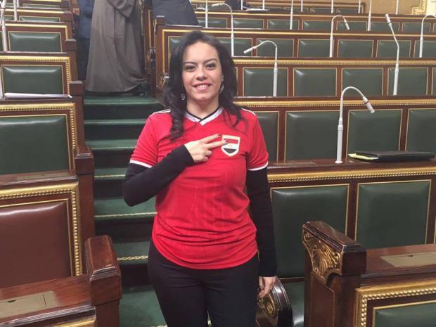 صورة بالفيديو ..سبب ارتداء نائبة لتيشيرت المنتخب بمجلس النواب
