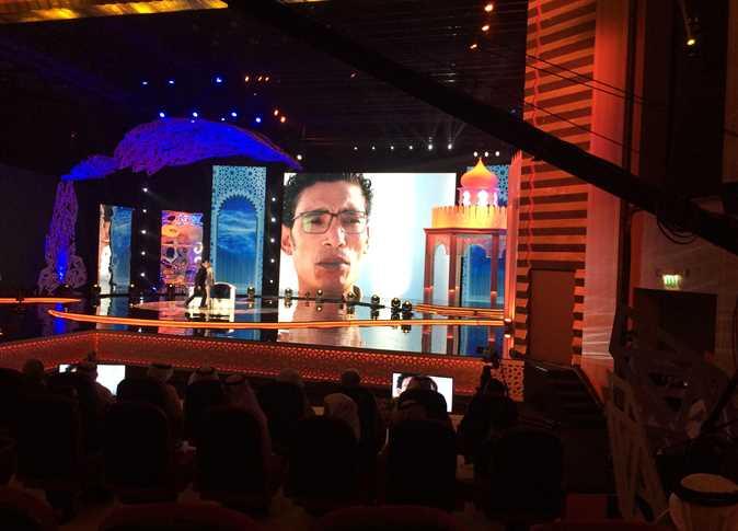 صورة هاجر عمر ترفع العلم المصري في انطلاق مسابقة «أمير الشعراء» بأبو ظبي
