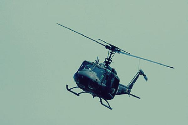 صورة طيار يهبط بالهليكوبتر ليسأل عن الطريق