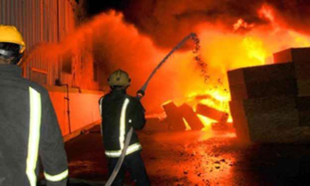 صورة السيطرة على حريق بمخزن مواد كيماوية بالصالحية