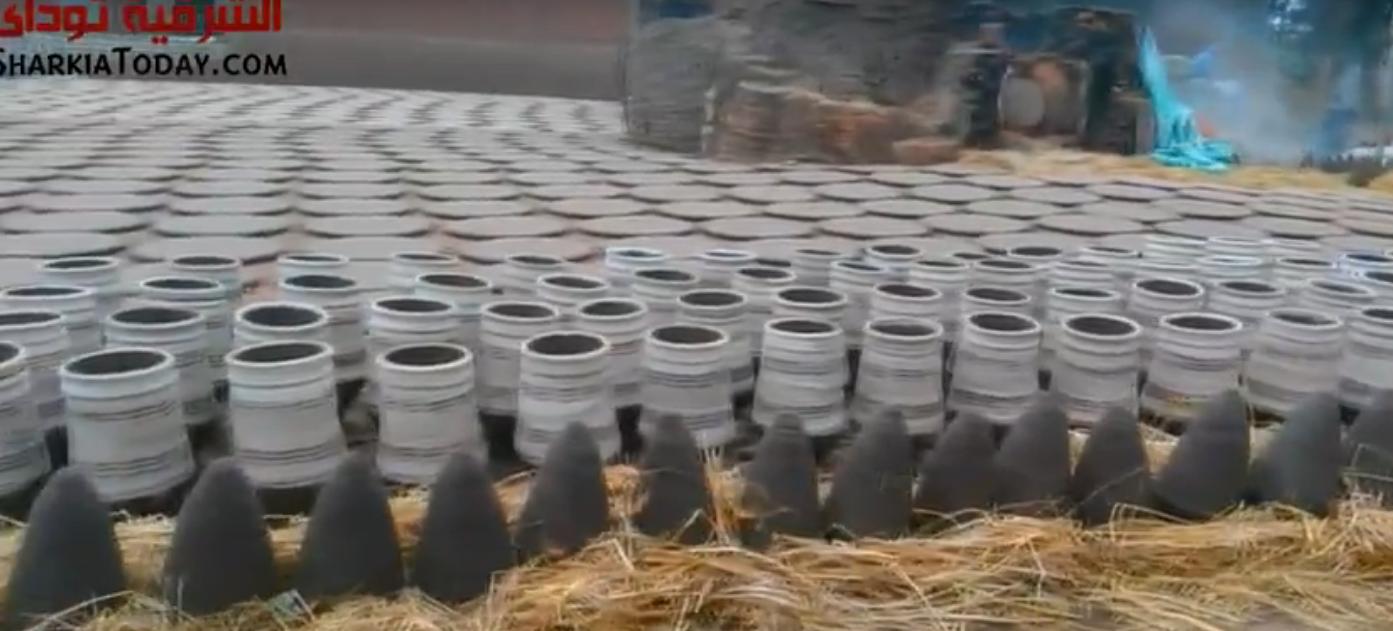 صورة بالفيديو..حرفة صناعة الفخار بمنيا القمح على أعتاب الانقراض.. والعمال «مظلومين»