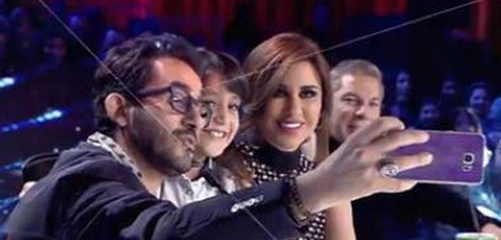صورة بالفيديو.. الفنان «أحمد حلمى» يلتقط سيلفى مع متسابقة مصرية فى Arabs Got Talent