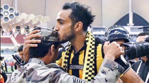 صورة كهربا يكشف سبب تقبيله لرأس رجل الأمن السعودي