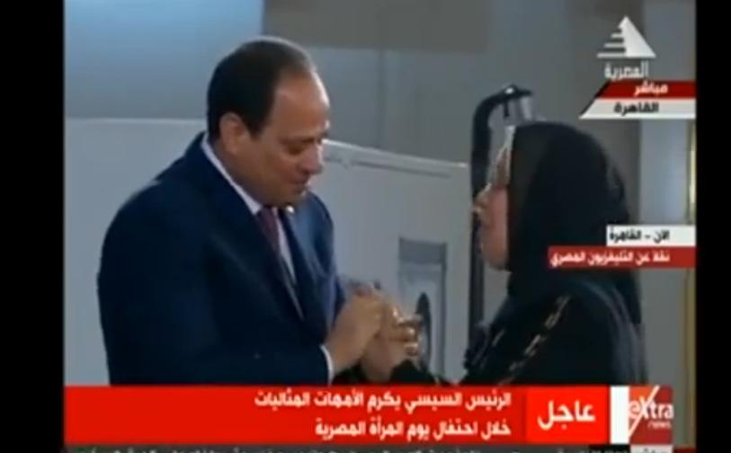 صورة بالفيديو.. بكاء الرئيس السيسي أثناء تكريم أمهات الشهداء