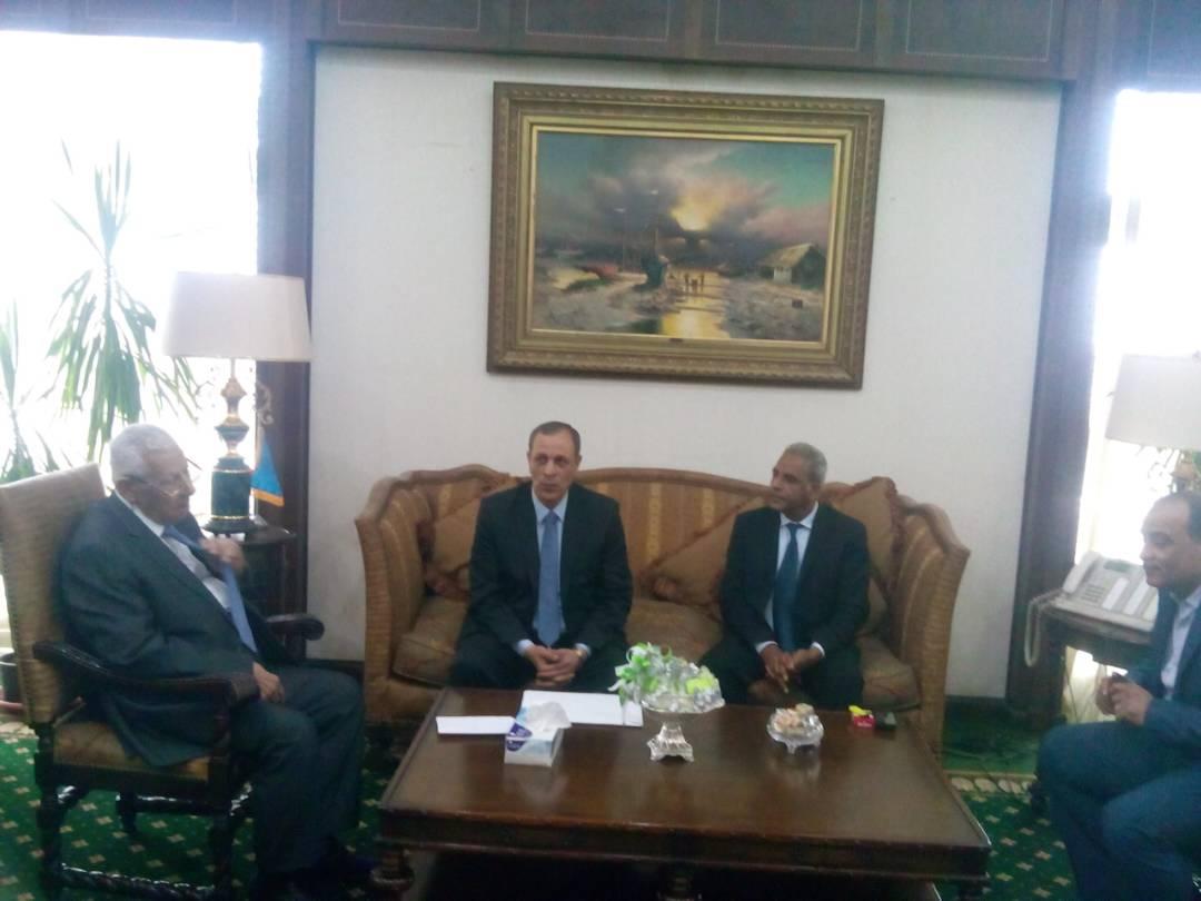 صورة أول ظهور للصحفي «مكرم محمد» فى مكتب وزير الإعلام