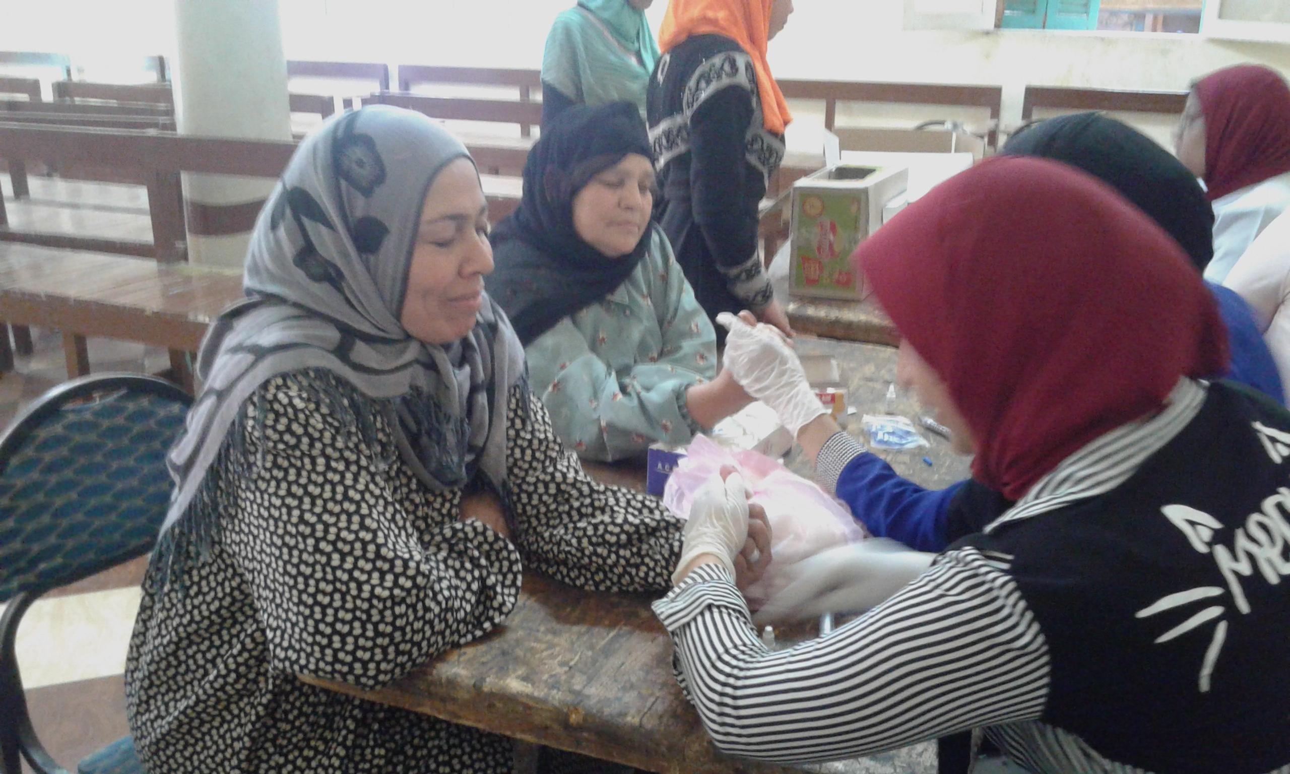 صورة بالصور.. قافلة طبية متكاملة فى قرية التلين بمنيا القمح