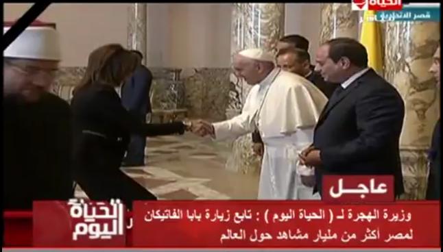 صورة بالفيديو.. «نبيلة مكرم» تكشف سبب انحنائها لتحية البابا الفاتيكان