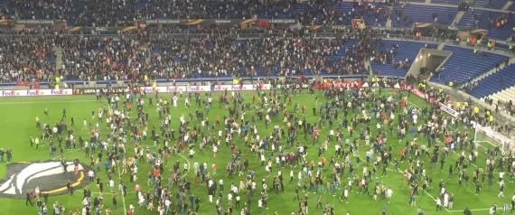 صورة بالفيديو.. اشتباكات بين جماهير ليون الفرنسي وبشيكتاش التركي في الملعب