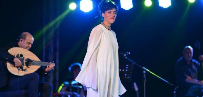 ماسي بجلباب أبيض في حفلها بالقاهرة بحضور درة وعدد من نجوم الفن
