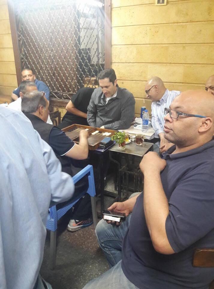 صورة بالصور.. علاء مبارك يلعب «الطاولة»مع الأهالى على مقهى بإمبابة