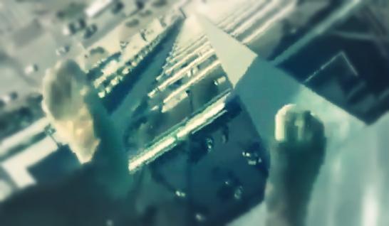 صورة بالفيديو.. حمام سباحة زجاجي «مُرعب» على ارتفاع 150 مترًا: ستصاب بالرعب