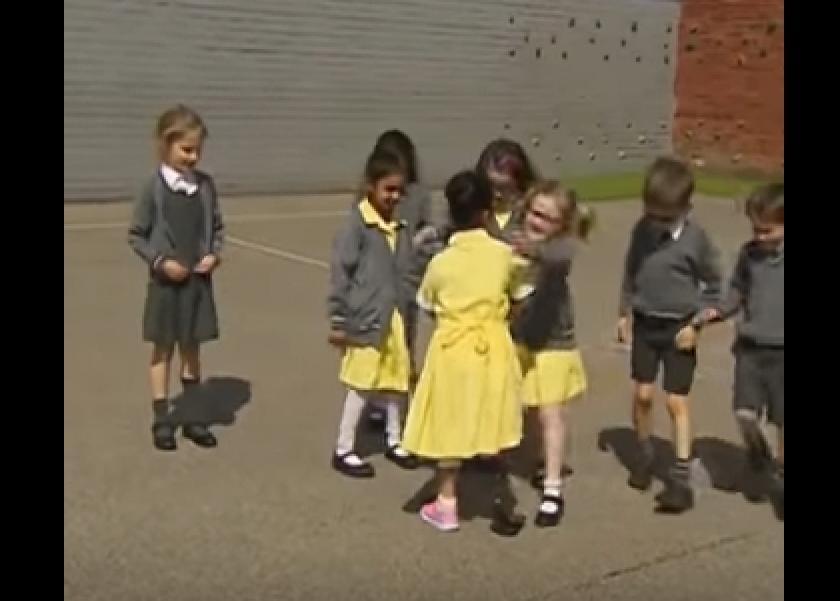 صورة بالفيديو .. أطفال يرحبون بصديقتهم بعد عودتها للمدرسة برجل أصطناعية