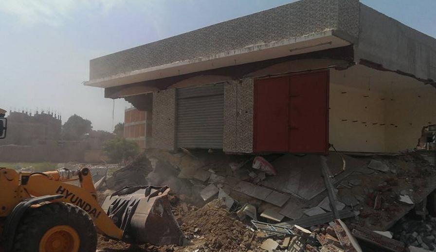 صورة بالصور.. حملة مكبرة لإزالة منزل مكون من طابقين بمنيا القمح
