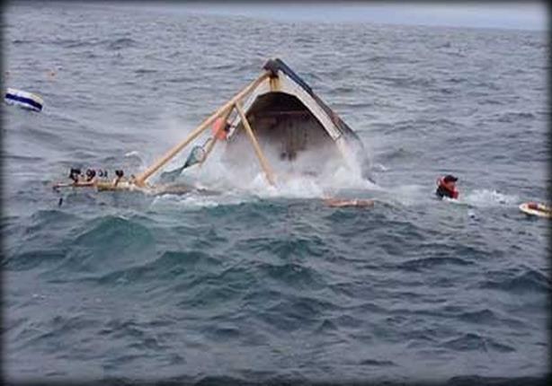 صورة قطع بحرية لإنقاذ طاقم مركب صيد غارق بالغردقة