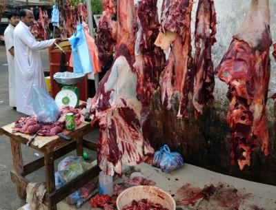 صورة ضبط جزار لعرضه اللحوم مكشوفة بشوارع الزقازيق