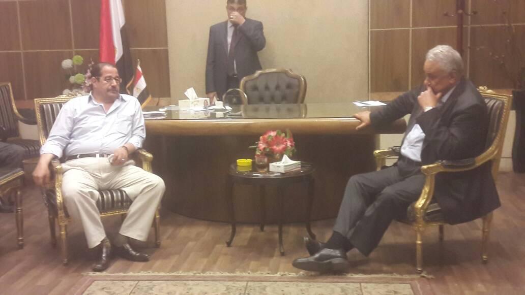 صورة نقيب المحاميين في اجتماع طارئ للمحامين المتهمين بإهانة القضاء بأبوكبير