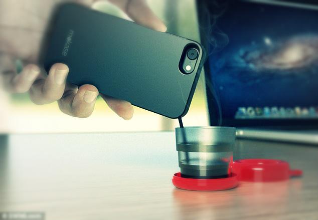 صورة هاتف ذكي يصنع لك القهوة أينما ذهبت ويصبها ساخنة من فتحة داخل الجهاز