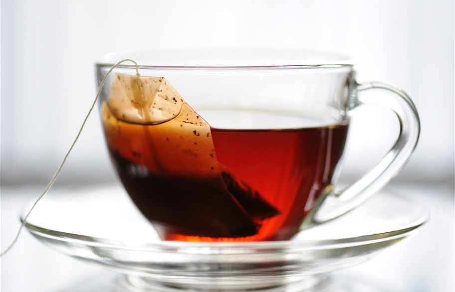 ما سيحدث إذا تركت كيس الشاي مدة طويلة في الكوب